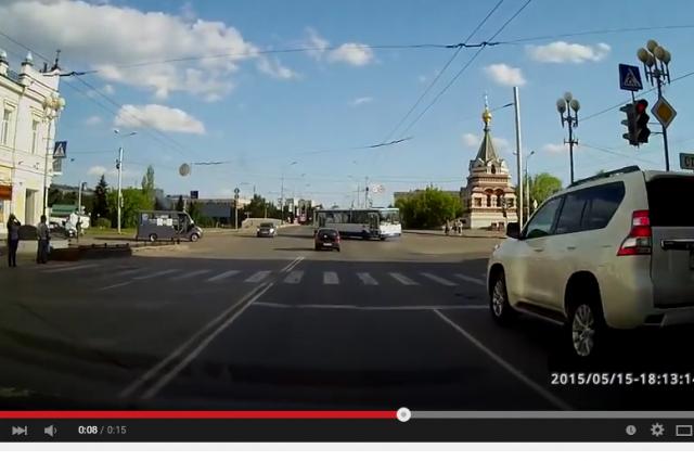 Водитель проехал на красный свет, едва не столкнувшись с автобусом.