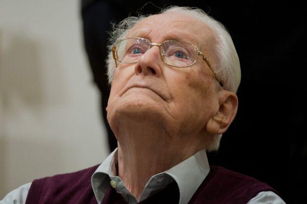 Бывший офицер СС Оскар Грёнинг работал в концлагере Аушвиц-Биркенау. Его обвиняют в причастности к казням нескольких сотен тысяч человек. У Грёнинга было прозвище «Бухгалтер Освенцима». В крупнейшем лагере смерти он умело вёл учет денег и различных ценностей, которые нацисты изымали у своих жертв, в основном, – евреев. И затем прилежно сдавал все награбленное в общую кассу Третьего Рейха.  Доводилось ему и надзирать за порядком на перроне, куда прибывали поезда с узниками.