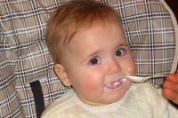 Малышам для здоровья и развития нужно правильно питаться.