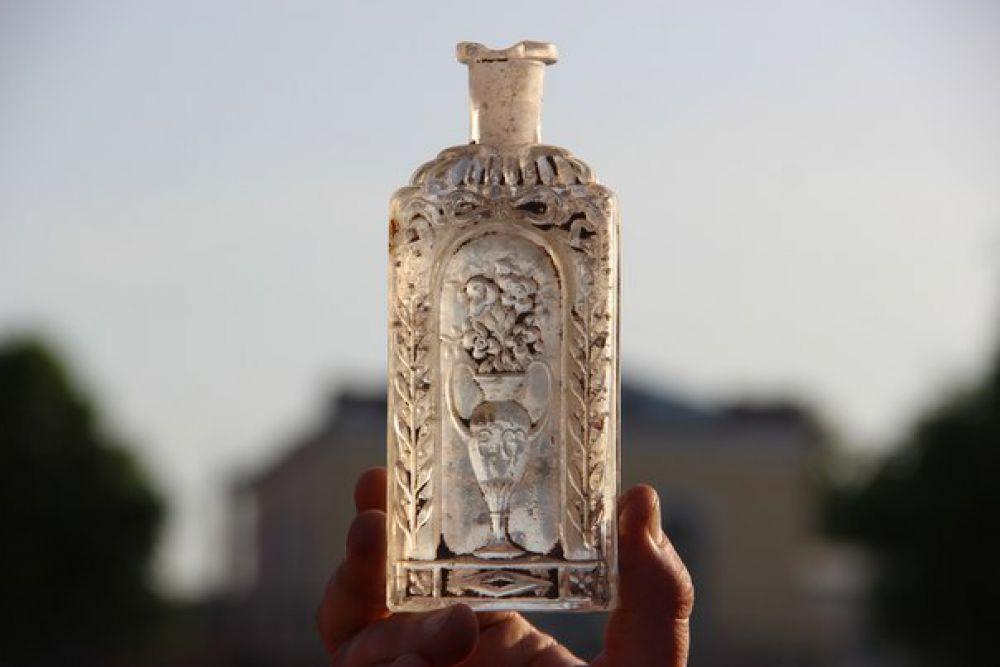 Старинный флакон с очень красивым орнаментом. Вполне возможно, что он имел парфюмерное назначение.