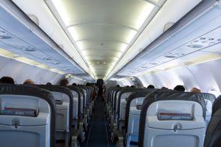 Самолет в США задержали из-за странного поведения пассажира