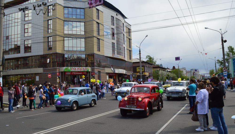 Колонна ретро автомобилей завершила торжественное шествие.