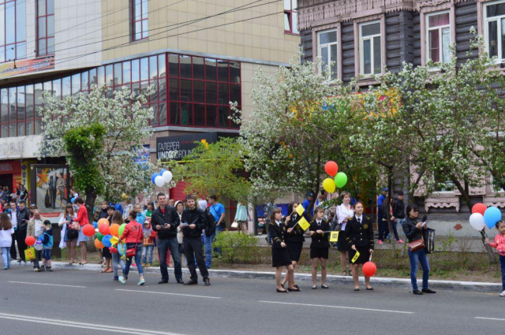Зрители на ул.Ленина, вдоль которой шествовали коллективы Читы.