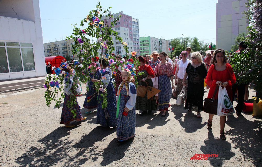 Праздничная процессия направляется к реке Зюзелга