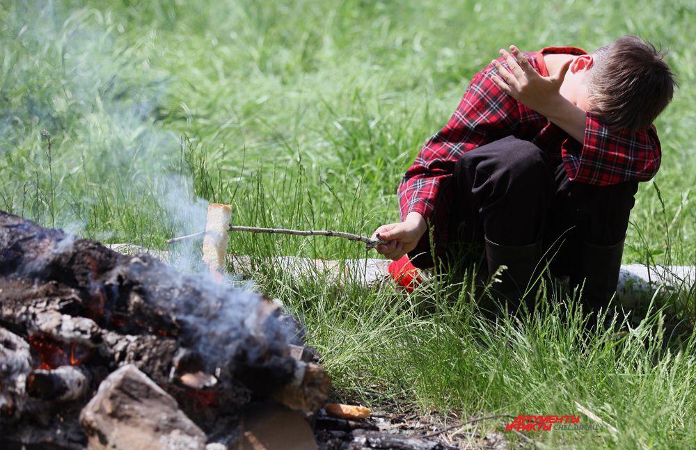 Поджариваем хлеб на костре