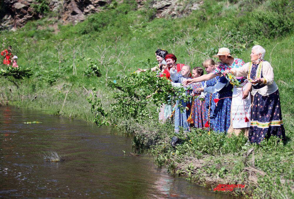 Венки из веточек берёзы бросают в речку