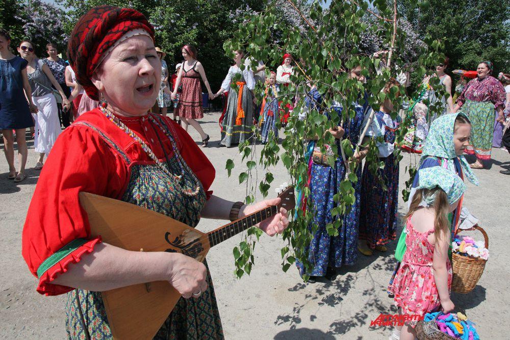 Начало праздника в посёлке Рощино