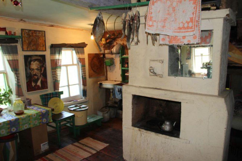 Печка, сложенная собственноручно удачно вписана в общую картину