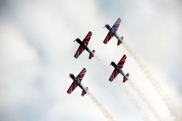 Выступление пилотажной группы «Первый полет» на самолетах Як-52.