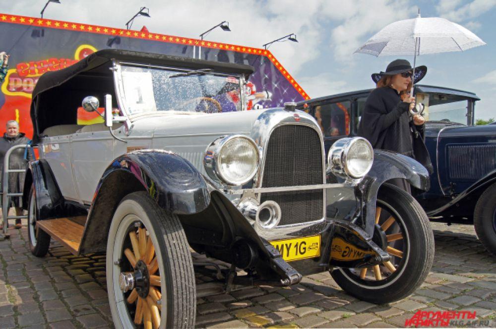 Американский «Оверленд-Уиппет» 1926 года. Уникальность его в том, что очень многие части кузова и рамы изготовлены из дерева. Благодаря 22-сильному мотору «Оверленд» может разгоняться до 40 км/час.