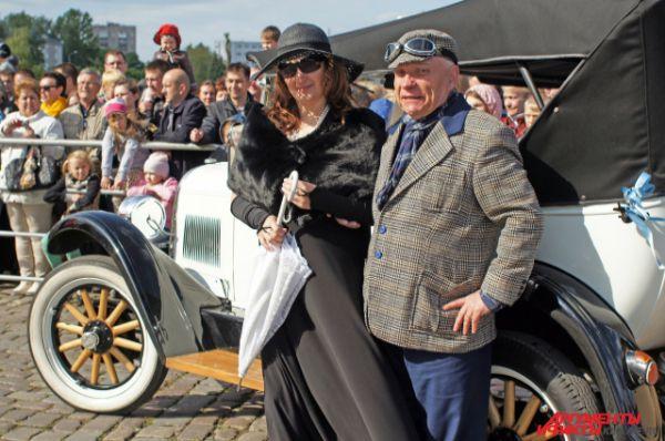 Зрителям предлагали оценить внешний вид ретроавтомобиля, костюмы его владельцев и звучание клаксона.