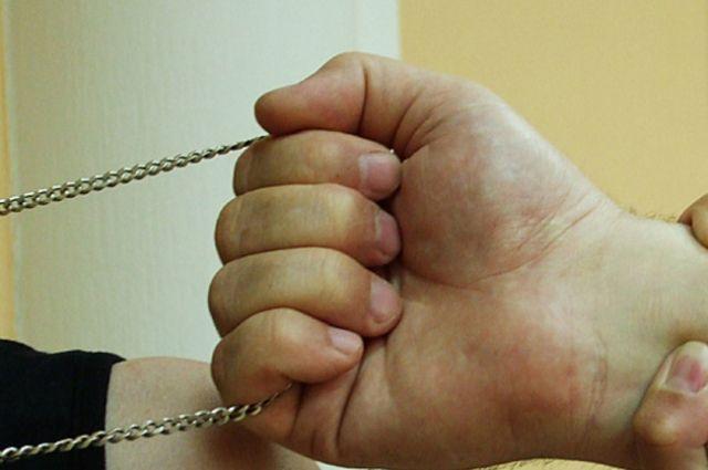 На замену крепким цепочкам арестованным выдают швейные нитки.