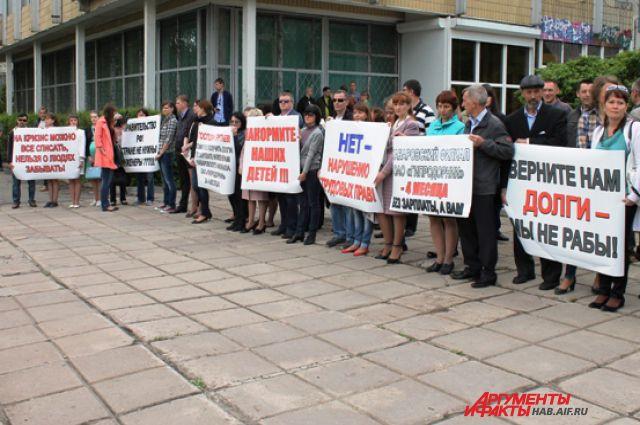 Пикетировать пришлось на противоположной стороне улицы Шеронова
