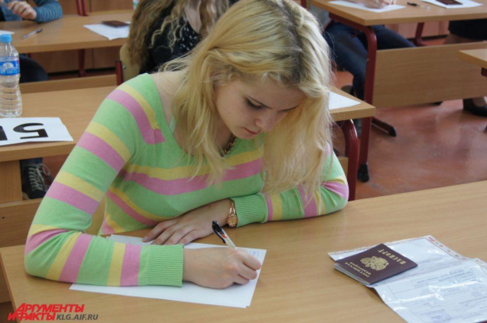 Перед тем, как приступить к ЕГЭ, школьникам необходимо заполнить анкету.