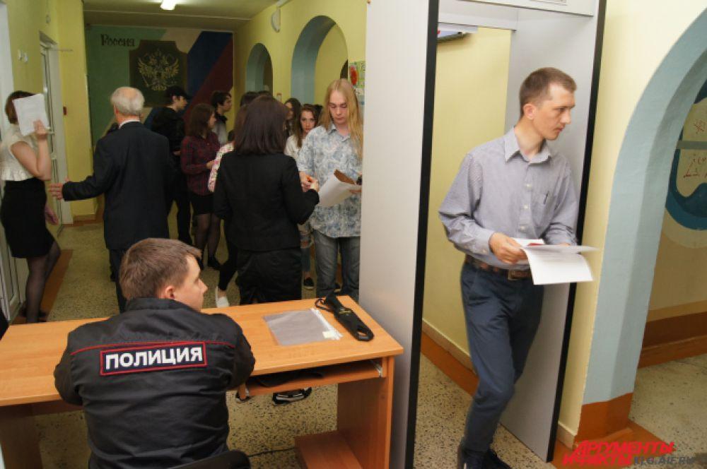 Еще одни рамки установлены в коридоре, перед аудиториями.