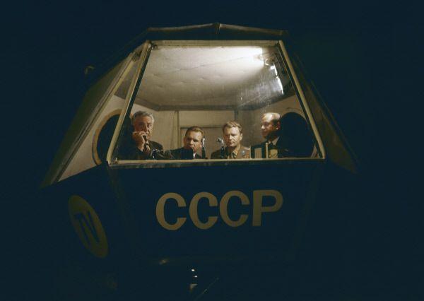 Комментатор Центрального телевидения СССР Юрий Фокин вместе с космонавтами Валерием Кубасовым и Владимиром Шаталовым (слева направо) ведет репортаж с космодрома.