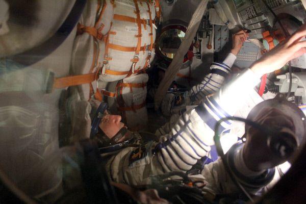 Член экипажа корабля «Союз ТМА-05М», россиянин Юрий Маленченко принимает участие в первой тренировке в монтажно-испытательном корпусе площадки 254 космодрома «Байконур». 2012 год.