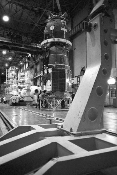 Космический корабль «Союз-16» в монтажно-испытательном корпусе космодрома «Байконур». 1974 год.