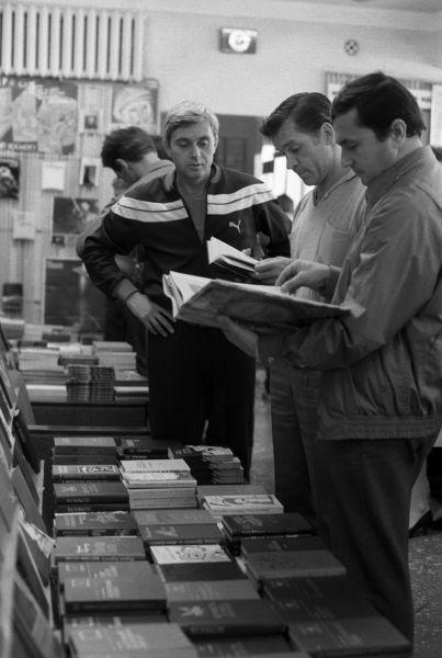 Члены экипажа космического корабля «Союз Т-8», летчики-космонавты СССР Александр Серебров (в центре) и командир корабля Владимир Титов (справа) в книжном магазине на «Байконуре» (Ленинск). 1987 год.