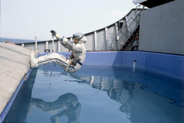 Индийский космонавт-исследователь Равиш Мальхотра во время тренировки на приводнение в ходе подготовки к совместному советско-индийскому космическому полету.