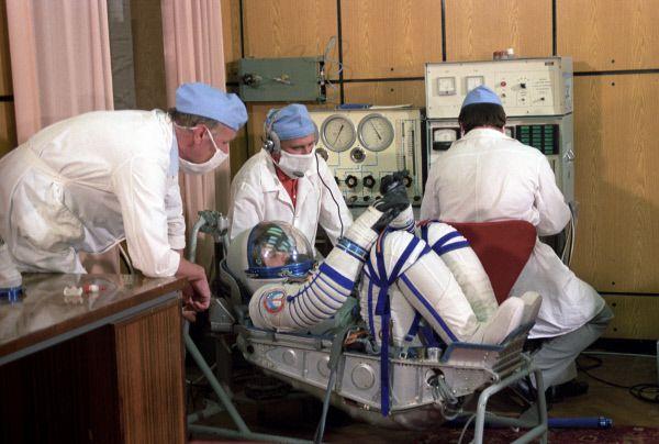 Медицинский осмотр членов международного советско-сирийского экипажа космического корабля «Союз ТМ-3» перед стартом.