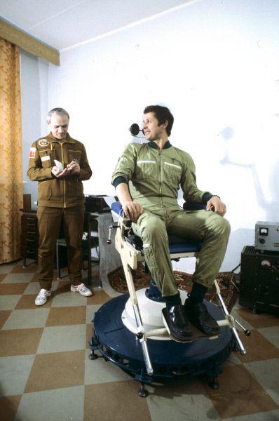 Члены экипажа космического корабля «Союз Т-13» дважды Герой Советского Союза, летчик-космонавт СССР, полковник Владимир Джанибеков (слева) и Герой Советского Союза, летчик-космонавт Виктор Савиных во время подготовки к полету. 1985 год.