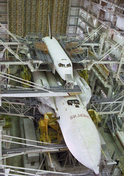 Орбитальный корабль многоразового использования «Буран» готовится к испытательному пуску. 1988 год.