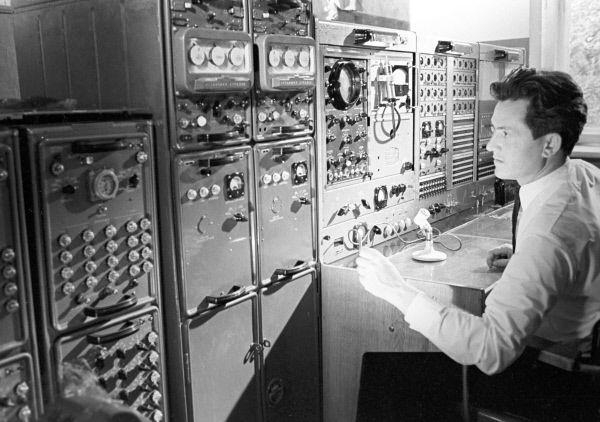 «Интеркосмос – 3». Оператор службы единого времени у приборов. 1970 год.