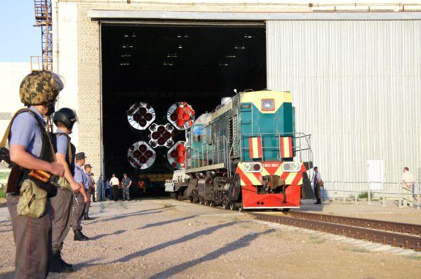 Вывоз ракеты «Союз-У» с грузовым космическим кораблем «Прогресс М-11М» из монтажно-испытательного корпуса (МИК) площадки 112 космодрома «Байконур» на стартовый комплекс. 2011 год.