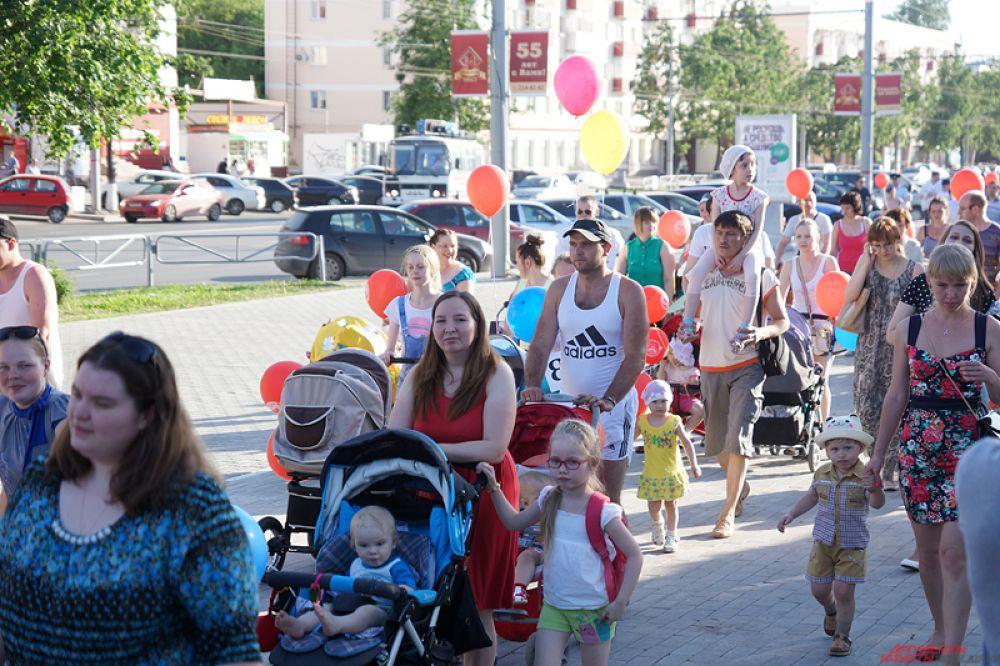Яркую процессию сопровождал «музыкальный» автобус с детскими песнями.