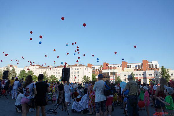 В самом конце все собравшиеся отпустили в небо сотни воздушных шариков, символизирующих любовь к детям.