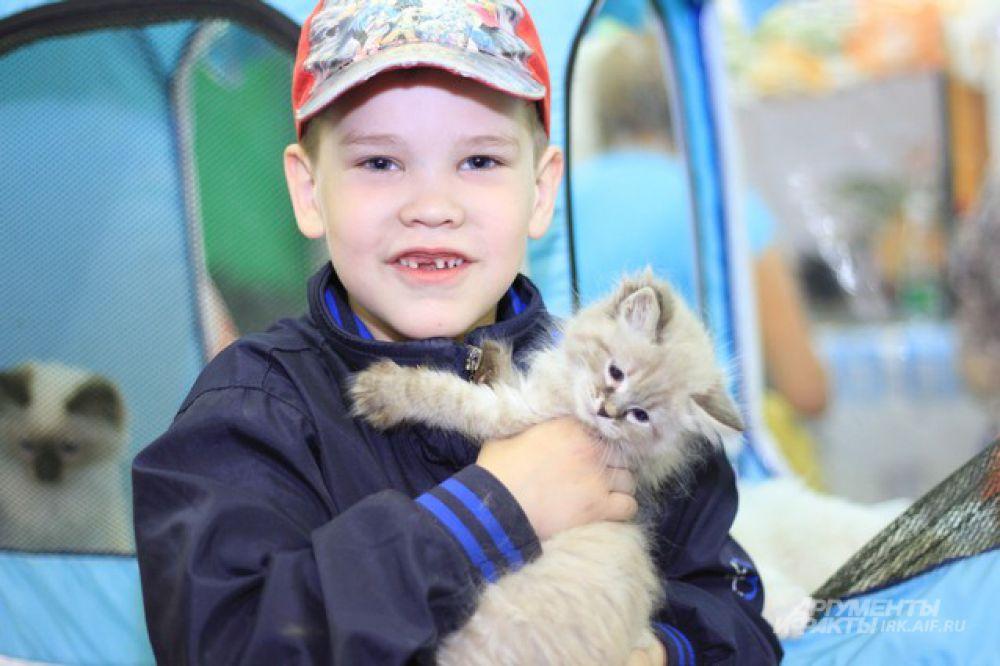 Для детей главное счастье - найти на выставке друга.