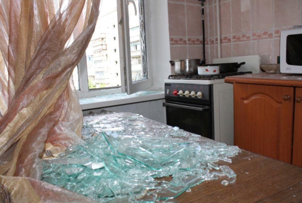Осколки выбитых оконных стекол в квартире жилого многоквартирного дома, пострадавшего в результате обстрела города Горловки Донецкой области.