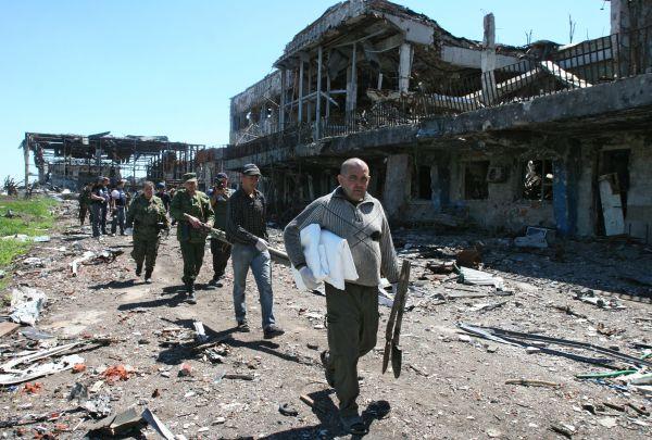 Представители ОБСЕ, Красного Креста, министерства обороны Донецкой народной республики (ДНР) и волонтеры в аэропорту Донецка.