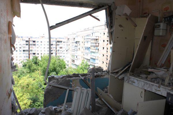 Разрушенная квартира в жилом многоквартирном доме, пострадавшем в результате обстрела города Горловки Донецкой области.
