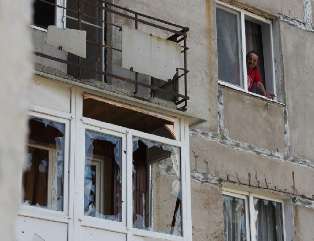 Житель Горловки в многоквартирном доме, пострадавшем в результате обстрела города.