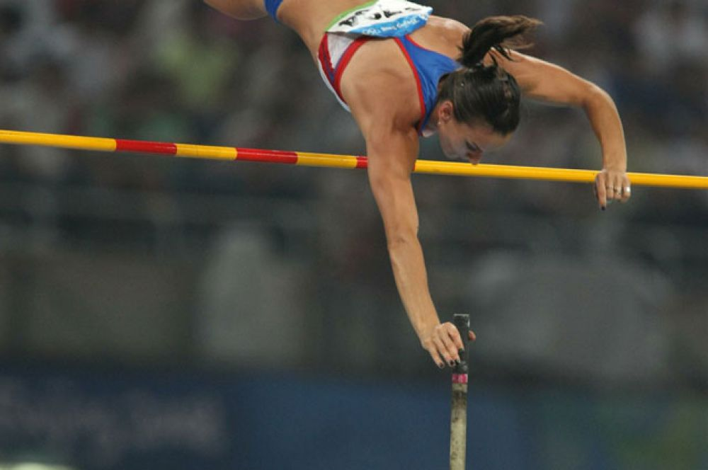 22 июля 2005 года на Гран-при Лондона Елена прыгнула на 5 метров. Это первый в истории женского спорта прыжок с шестом на такую высоту.
