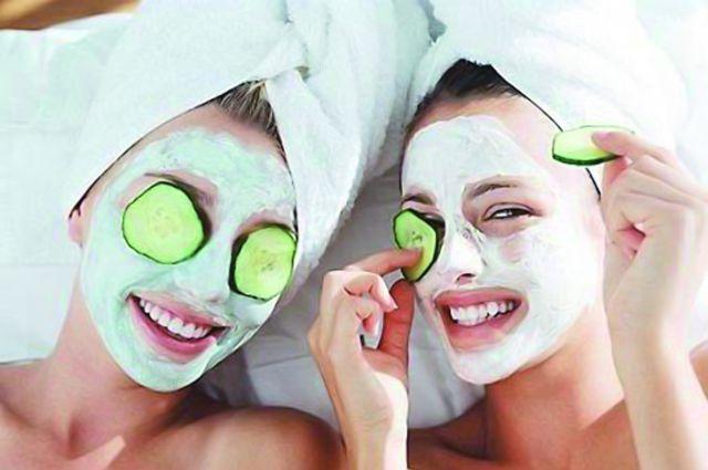 Огуречная маска уберёт мешки под глазами.