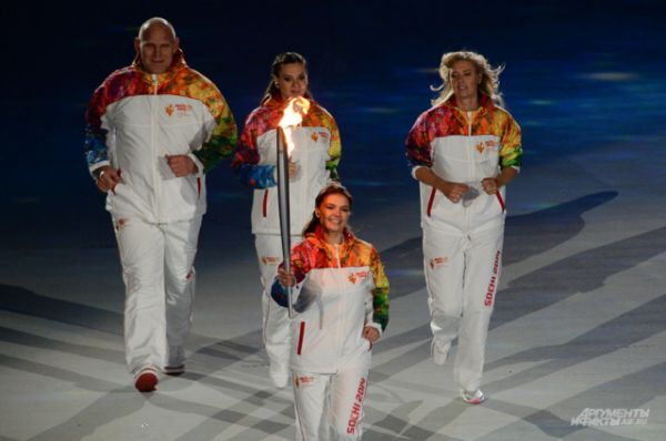 На Сочинской Олимпиаде Елена Исинбаева была мэром Олимпийской деревни. Кроме того, она стала одной из тех именитых спортсменов, которым выпала честь пронести Олимпийский огонь по стадиону Фишт на церемонии открытия Игр. Вместе с ней в финальном этапе Эстафеты Олимпийского огня участвовали Мария Шарапова, Александр Карелин, Алина Кабаева.