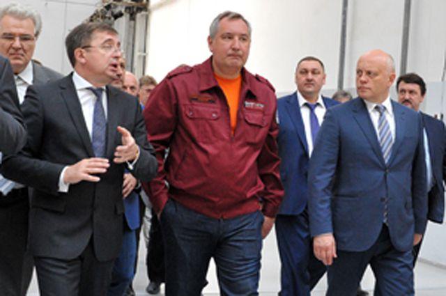 Чиновники посетили омское производство ракет-носителей.