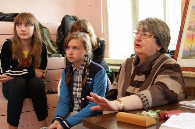 Нина Сенчурова со своими ученицами на уроке вокала.