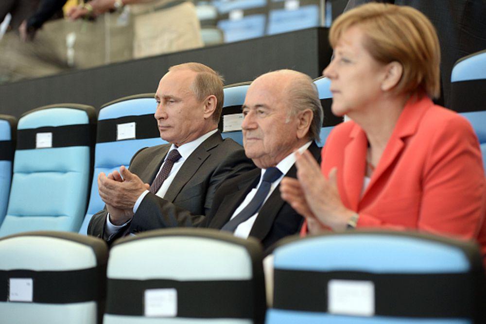 2014 год. Президент России Владимир Путин, президент Международной федерации футбола (ФИФА) Йозеф Блаттер и канцлер Германии Ангела Меркель.