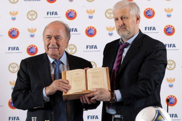 2012 год. Президент ФИФА Йозеф Блаттер и глава РФС Сергей Фурсенко отвечают на вопросы журналистов во время пресс-конференции, посвященной 100-летию Российского футбола.