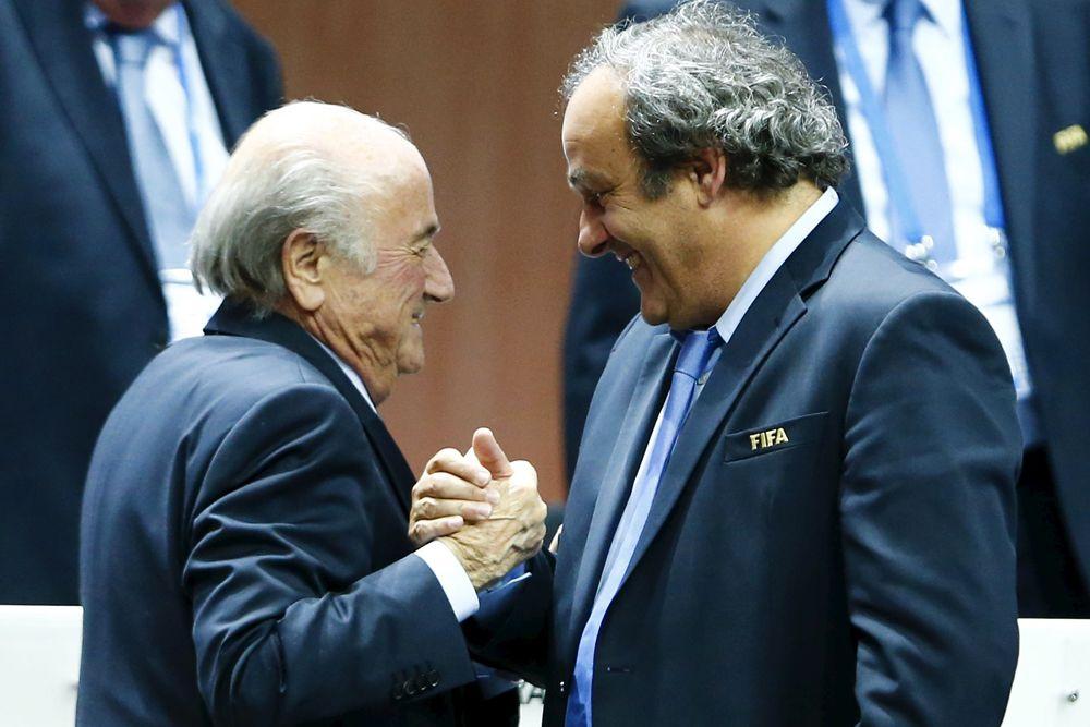 2015 год. Переизбранный президент ФИФА Йозеф Блаттер и президент УЕФА Мишель Платини после оглашения результатов выборов в рамках 65-го Конгресса ФИФА в Цюрихе.