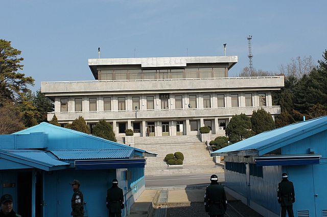 На границе между Северной и Южной Кореей.