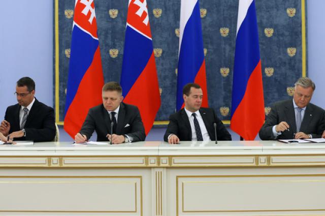 Подписание документов после завершения российско-словацких переговоров.