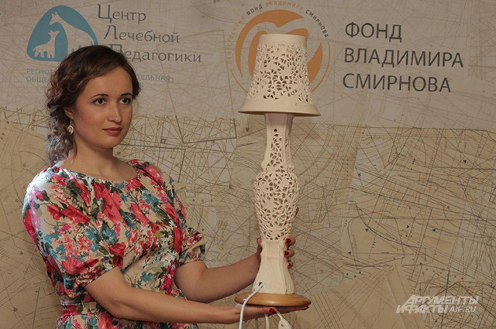 Третий лот – настольная лампа «Империя». Она выполнена в технике прорезной сквозной керамики.