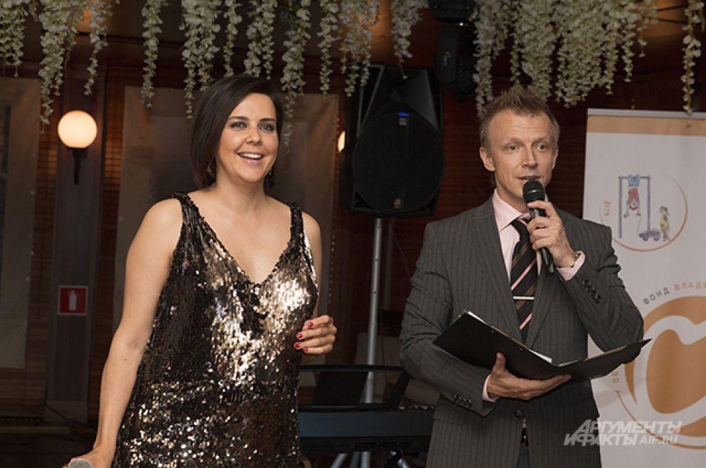 Аукцион провели  известные теле- и радиоведущие Ольга Шелест и Антон Комолов.