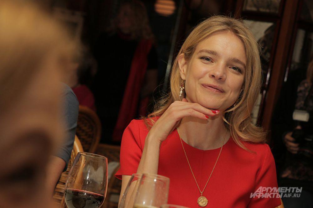 Пятый лот – «Чаепитие с Натальей Водяновой» - уникальная возможность провести вечер в общении с мудрой и очаровательной супер-моделью и основателем фонда «Обнаженные сердца».