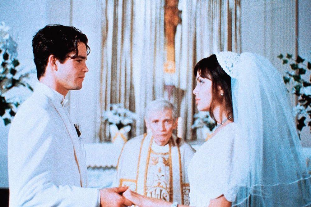 Анджелина вполне могла заняться похоронным бизнесом, если бы ее карьера в Голливуде не задалась. В одном из интервью звезда призналась, что в детстве мечтала стать организатором похорон, так как ее шокировало погребение любимого дедушки.